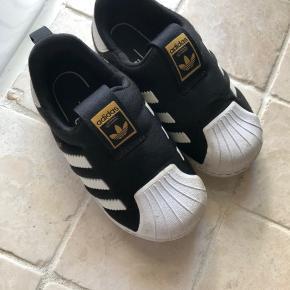 Så bløde og lette sko fra adidas.  De er brugt men vedligeholdt og i flot stand.  200 pp / mobilepay