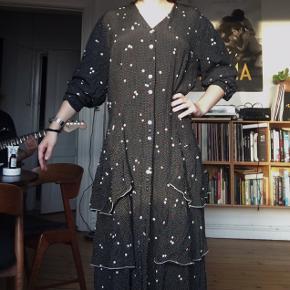 Smuk sort vintage kjole med hvide prikker ✨ Lækkert tungt stof, der falder rigtig flot!  Str L, men kan bruges af de fleste størrelser fx med et bælte i taljen   Obs!! bæltet følger ikke med