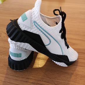 ⚠️Den hvide plet, der ses på skoens forreste sorte del (på første billede), er genskin fra lyset i lampen og ikke noget der er slidt⚠️ Super fede PUMA sneaks. Desværre passer de mig ikke.  Skoene er brugt ca. 4 timer. Fra røg og dyre frit hjem.