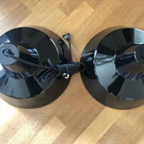 2  x sorte Arne Jacobsen for Louis Poulsen arbejds loft lamper - gamle originale men i fin stand ( se lille skade Billede 3 på ene på top skærm )   Sælges samlet og skal afhentes.  Sort ledning på begge.