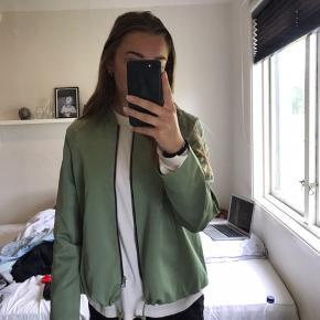 Grøn jakke fra Weekday med lynlås og snørrer i bunden. Str. S Cond: 8/10 Køber betaler fragt Mp 200 kr