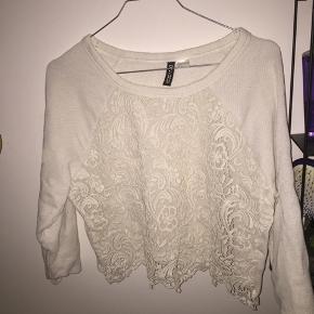 Halløj❤️ Sælger denne fine hvide blonde bluse. Sælger den, da den er for lille.  Kan ikke huske den nye pris🐝  Den er fra H&M😍  Sendes ikke, afhentes i Albertslund!❤️ Sender ikke, da jeg har haft dårlige oplevelser med den🌹