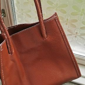 Måler: H. 30 cm B. 26 cm  Replika, men ægte læder (det dufter af læder ihvertfald)