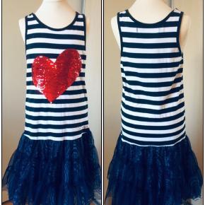 Kjole fra Desigual med farveskiftende palietter. Str. 146/152 - 11/12 år. Farverne er hvid og blå, hjerte rød/sølv. Længde på kjole: 80 cm. Næsten som ny, brugt 2 gange. Kommer fra et ikke ryger hjem. Afhentes i 2990 Nivå eller sendes mod betaling.