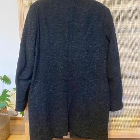 COS frakke i str. 48 (M). Brugt en enkelt vinter, men er i god stand!