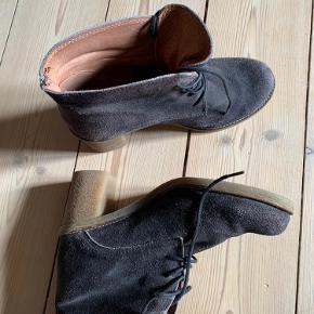 Fin støvle i ruskind med gummisål.