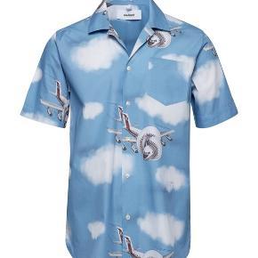 Meget flot kortærmet skjorte fra Soulland💚 Den er virkelig behagelig og har et godt fit, men jeg har desværre aldrig lige fået brugt den.  Byd gerne🌈