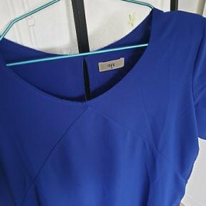 Envii kjole i str. M. Har usynlige lommer i siderne og åben ryg.  Nypris 400 kr.