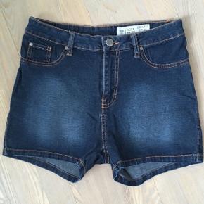 Denim shorts med høj talje og god stræk Sender med DAO efter mobilePay betaling. Køber betaler som udgangspunkt fragt, men kan aftales ved køb af flere ting. Sender kun og bytter ikke