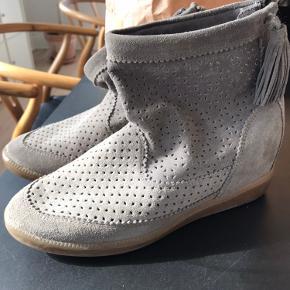 Så fine støvler med kilehæl. Farven er gråbeige. Sælger billigt da jeg bare skal have ryddet ud. Se også mine andre annoncer.