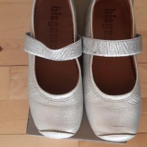 Helt nye Bisgaard sko/ballerina. Ny pris 350 kr.  Kig endelig forbi mine andre annoncer.   Kan hentes på Amager eller sendes mod betaling