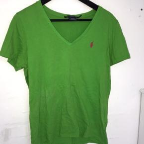 Meget flot Ralph Lauren t-shirt. Der står at den er en XL, jeg er selv en medium og den sidder ikke oversize på mig. Så den er nok en medium i stedet.