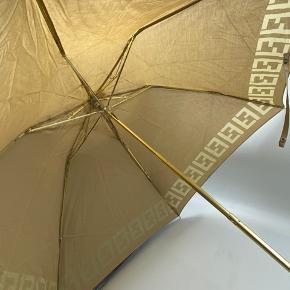 Fendi paraply. Kan nok ikke bruges i regnvejr. Tror det er meningen den skal beskytte mod solen. Byd gerne  Tjek mine andre annoncer med #dior #prada #fendi #gucci #katespade #lanvin #APC #celine #céline #chloé #coach  #30dayssellout
