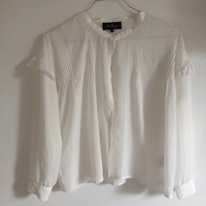 Fik skjorte fra little remix. Den er aldrig brug of er lavet i den fineste materiale.☺️ Nypris = 649,- Salgspris = byd