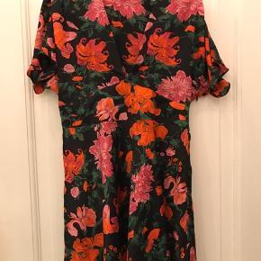 Smuk blomstret kjole perfekt til jul eller nytår med udskæring fortil. Blomster i rød og pink.