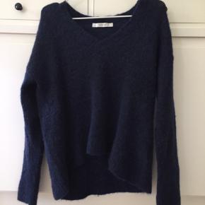 V-neck sweater fra Gestuz i en str. xs.  Sweateren er fnuldret, hvorfor den sælges billigt.
