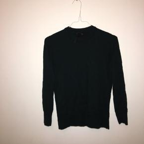 Sælger denne mørke grønne strik trøje, den er næsten som ny har brugt den 2 gange. Pris 300kr