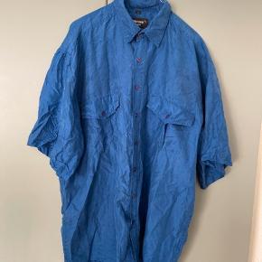 Smuk vintage silke skjorte i mørkeblå sælges. Er oprindeligt en herreskjorte og er i str. L, så den har et oversize look! Skal bare steames, så er den god som ny 😌