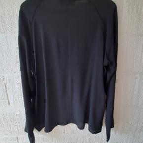 """FLot skjorte fra det danske mærke """"MAFI WOMEN"""". Skjorten har rund hals, skjult knaplukning  og små fine slidser i siderne. Materialet er 75% viskose og 25% polyester og let elastisk.  Størrelsen er normal.  Mål: Slidser i siden: 10 cm. Længde: 68 cm. Bryst: 2x58.  JEG BYTTER IKKE !!"""