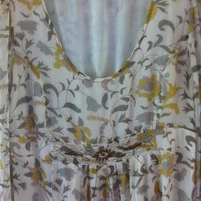 Brand: Noa  Noa Varetype: Kjole brugt en gang - silke / viscose Størrelse: Small Farve: Råhvid grå gul Oprindelig købspris: 1299 kr.  Så lækker kjole kun brugt få timer desværre for lille.   Se også mine andre annoncer er til at handle med.