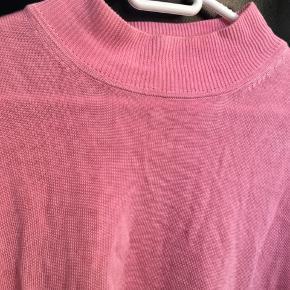 Højhalset t-shirt. Kan passes af str medium-large alt efter fit. Lækker blanding af bomuld og viskose
