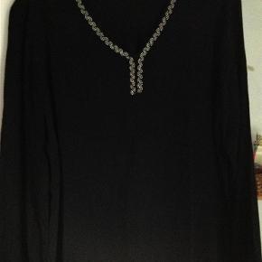Varetype: Bluse Farve: Sort  Super flot bluse fra Kaffe, med perler i halsen, sender med DAO
