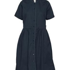 Så fin kjole. Den er som ny aldrig brugt men desværre er den ene knap faldet ud. dette kan dog fikses hos skrædder deraf den billige pris.