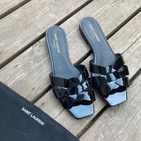 Sælger disse utroligt smukke Saint Laurent sandaler, da jeg desværre ikke får dem brugt. De er i super fin stand 💕 De er blevet forsålet, så bunden holder meget bedre ☀️  Dustbag medfølger 🌟