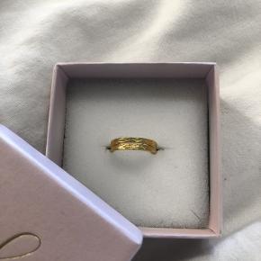 Sælger denne flotte HELT NYE ring i 18k forgyldt sterlingsølv. Ringen kan justeres i størrelsen, så den kan passes af alle fingre størrelser og kan mikses og matches på alle fingre✨  OBS. Ringen er ikke fra månesten
