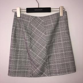 Aldrig brugt, str. 36. Fin nederdel med lynlås i siden.