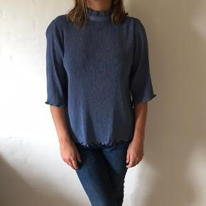 Fin lyseblå/lysegrå t-shirt skjorte fra Monki  Lidt stor i str