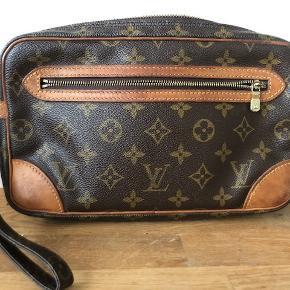 Autencitetsverificeret Louis Vuitton Marly Dragonne clutch/håndtaske.  En usædvanlig LV taske du ikke ser alle steder. Super praktisk. Autencitetsdokument medfølger. Tasken er brugt og bærer naturligt præg af brug, men har ingen skader. Alt hardware er originalt og der er hverken revner eller skader i monogram canvas.