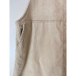Skøn fløjs kjole fra Monki. Str. M. Næsten som ny. Råhvid farve. Perfekt til både sommer og vinter. Nypris 399,-