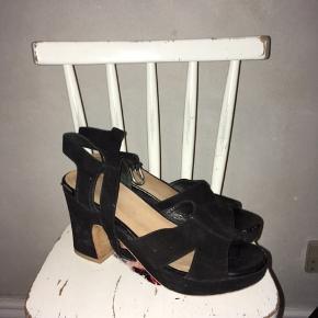 Chunky højhælede sandaler med ankle rem. Brugt men fin stand