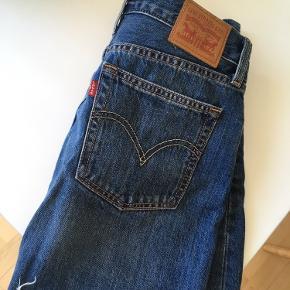 Sælger denne lækre nederdel, da jeg desværre ikke får den brugt. Den fremstår som ny.   Str. 27   Skriv endelig ved spørgsmål.
