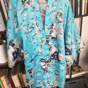 Den fededste vintage Kimono fra Lotus. Str XL, jeg er selv en medium/large , så den er en smule oversize. Silkeagtig materiale.  Se mine andre annoncer for mængde rabat