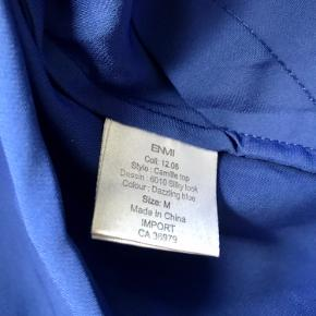 Flot top fra Envii i den smukkeste blå farve 🦋✨  Tjek også mine andre annoncer. Jeg giver gerne mængderabat, hvis du køber 2 eller flere varer 🦩🌸🍋