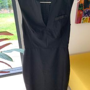 Sort faconsyet kjole fra Paul Smith, meget elegant med små-prikket foer. Passer en lille str. M (36-38). Kun brugt et par gange.