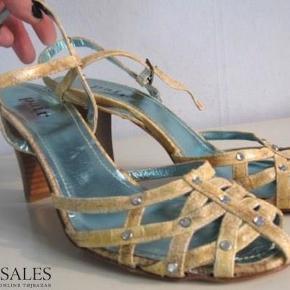 Varetype: Superflotte højhælede sko Farve: Brun Gylden Oprindelig købspris: 1700 kr.  Superflotte højhælede sandaler med diamanter *S*  Æske følger med, hvis det ønskes.  Den indvendige længde er 26 cm, hælen er 8,5 cm høj.  Bud fra kr 400 pp - porto er sat til forsendelse via DAO, andet kan selvfølgelig aftales.  Respekter venligst, at jeg ikke bytter - og at jeg ikke svarer på forespørgsler om dette.  Kan afhentes København, Østerbro  Betaling via bankoverførsel eller TS  Yderligere info: klik på mit brugernavn og derefter på beskrivelse.