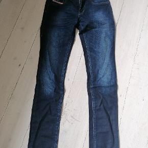 Rigtig fede jeans.... Kun brugt få gange da de desværre er lidt for store til mig.... Fremstår som nye. Str. 25/32