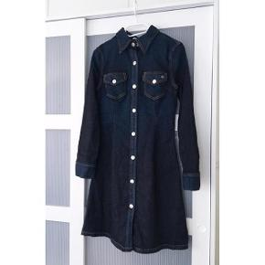 Brand: AG Jeans Varetype: Denim kjole Oprindelig købspris: 2000 kr.  Denim kjole 'Pixie Denim Dress' fra AG Jeans sælges. Kjolen har aldrig været anvendt, kun vasket en enkelt gang, og fremstår derfor helt som ny.    Brystmålet er ca. 78 cm hele vejen rundt Taljen er ca. 72 cm hele vejen rundt  Længden fra skulder til slut skørt er ca. 85 cm  Bud ønskes, men bytter ikke. Handel foregår via Trendsales' handelssystem eller MobilePay.