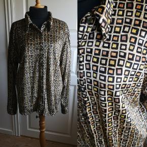 Egen gemmer fra 90erne, skøn vintage skjorte i velour. Stand 10/10.