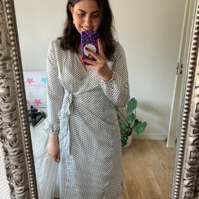 Hvid prikket langærmet kjole fra VILA. Brugt 2 gange og ikke vasket   VIDOLETTA WRAP DRESS