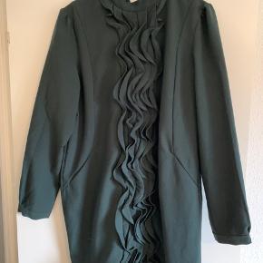 Mørkegrøn kjole med elegante og smukke detaljer. Virkelig smuk på. Sender gerne med DAO.