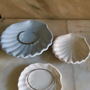 3 muslinge skåle. Den store er sart pastelblå og de mindre er hvide. Den ene hvide har et lille afslag.