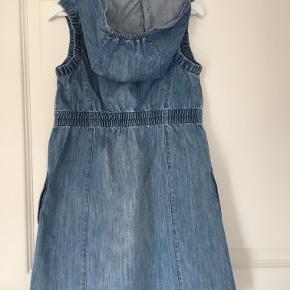Denim kjole, brugt få gange. Den har trykknapper foran.