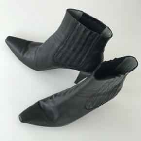 Pura Lopez støvler, str. 38, nypris 2500kr, brugt og har nogle slidtegn - sender på købers regning og bytter ikke 🛍 BYD gerne