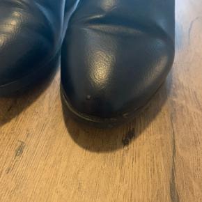 Støvlerne er i rigtig fin stand, det eneste er den ene sko har et lille mærke, som også kan ses på et af billederne.   Str. 37 med lynlås på inderside og pynte lynlås på ydersiden.