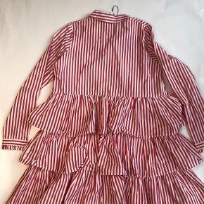 Flot bolsjestribet kjole med røde og hvide striber.  Ny med prismærke