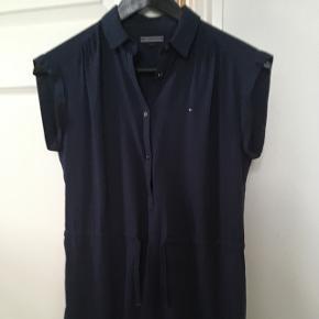 Super fin mørke blå kjole. Brugt cirka 4 gange og sælges på grund af den er for lille.  Nypris: 500kr (tror jeg) Min. pris: 200kr
